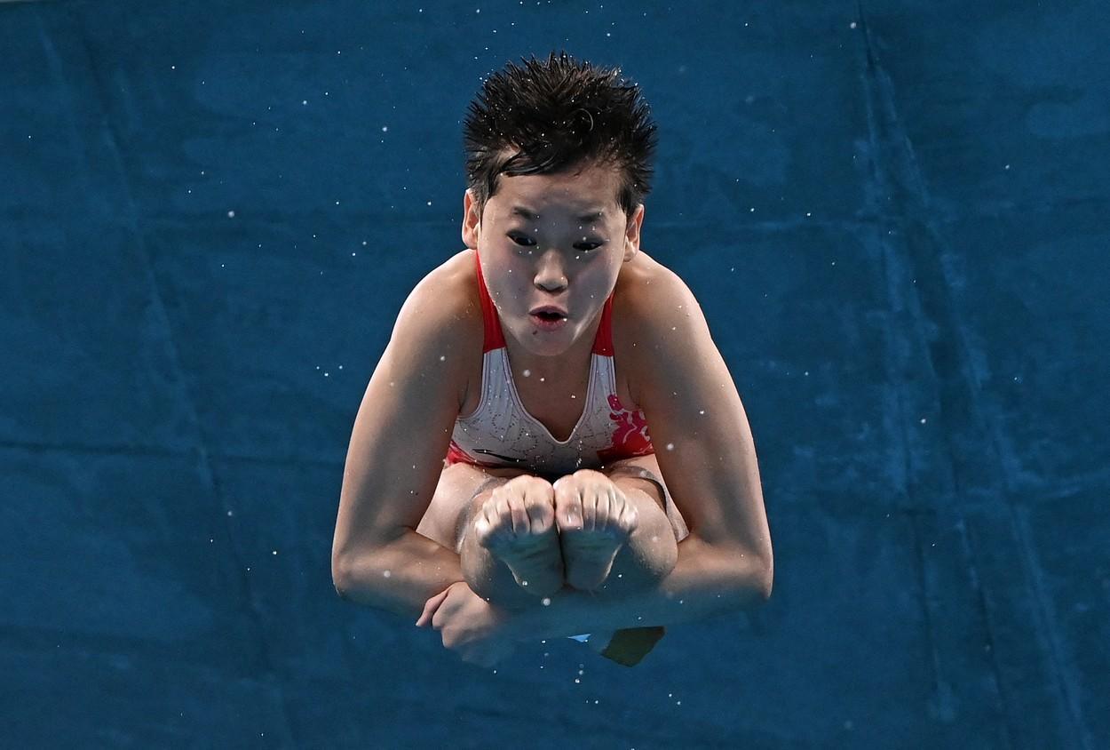 O chinezoaică de 14 ani a luat aur la sărituri în apă cu 10 pe linie