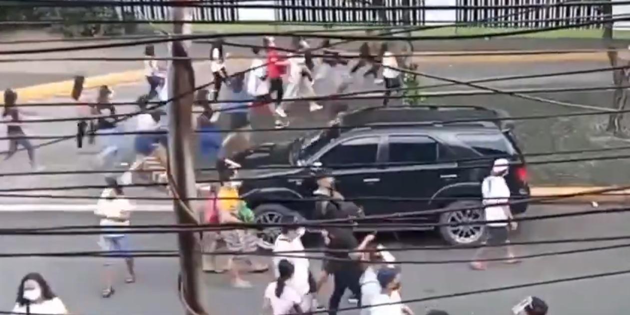 mii de oameni au luat cu asalt centrele de vaccinare înainte ca oraşul să intre din nou în carantină - VIDEO