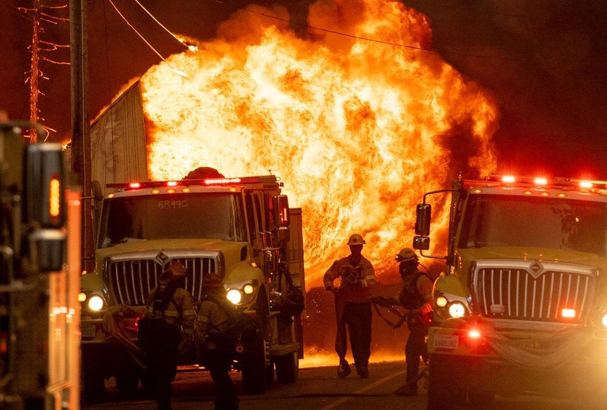 Pe lângă flăcările uriaşe, pompierii din California au fost obligaţi să lupte şi cu reticenţele localnicilor