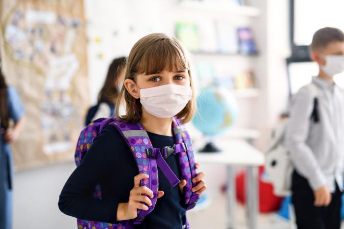 Fetiţă purtând o mască de protecţie