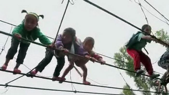 Copiii coboară 2000 de trepte şi escaladează muntele pentru a ajunge la civilizaţie
