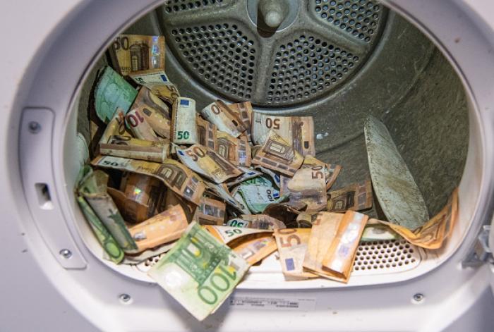 Spălare de bani la propriu în Germania. Munţi de bancnote murdare sau ude după inundații sunt uscate de Banca Federală a Germaniei
