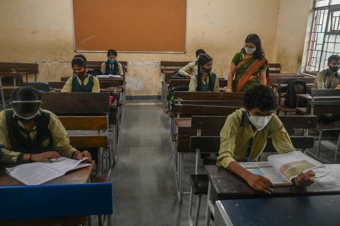 Sălile de clasă vor avea capacitatea de 50%, iar elevii vor fi nevoiţi să menţină distanţa