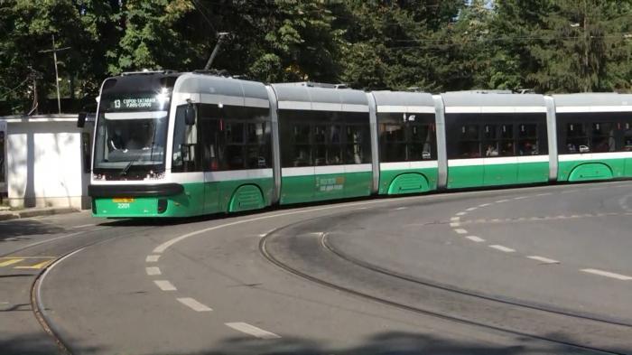 Autorităţile promit tramvaie noi în slujba ieşenilor. Doar două au ieșit până acum pe străzi, spre mirarea celor care nu au întârziat să le pozeze