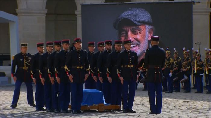 """""""Îl iubeam pe Belmondo pentru că semăna cu noi."""" Franţa i-a spus adio unuia dintre cei mai iubiţi actori ai săi printr-un omagiu naţional"""
