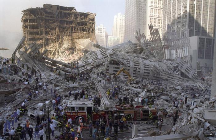 2.753 de persoane au murit după ce un comando Al-Qaida a intrat cu două avioane de linie în Turnurile Gemene