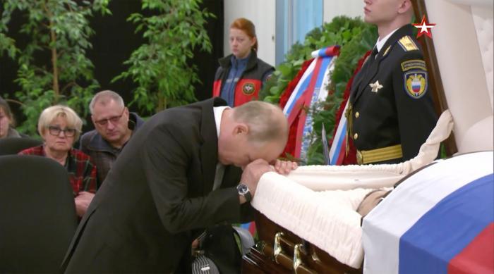 Vladimir Putin, plin de durere la sicriul fostului său bodyguard. Fost agent KGB, Evgheni Zinicev a murit în timpul unui exercițiu. VIDEO