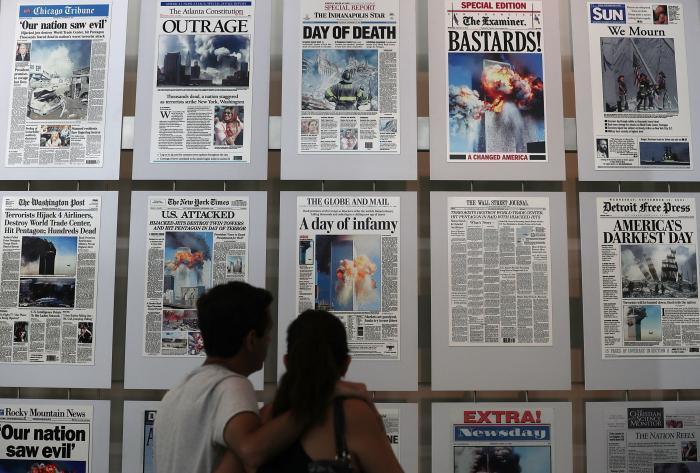 Primele pagini ale ziarelor din 12 septembrie 2001 au fost expuse într-o galerie făcută de Newseum