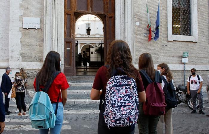 În Italia,4 milioane de copii, inclusiv români, au revenit în bănci. Școlile s-au redeschis cu reguli stricte pentru profesori