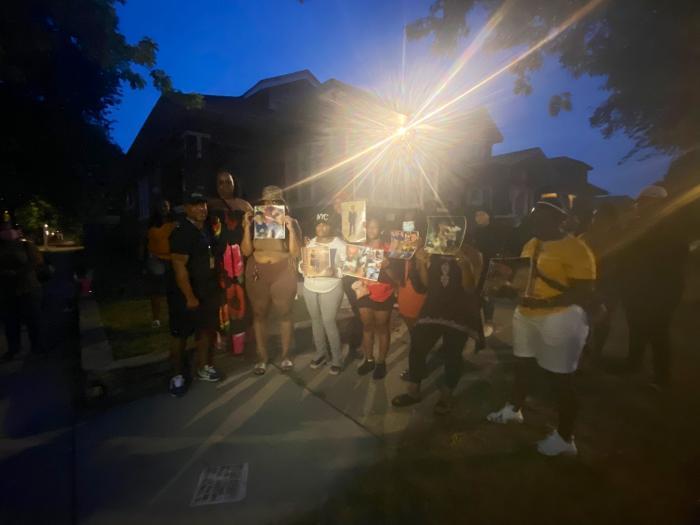 Rudele s-au adunat în faţa locuinţei unde a avut loc crima