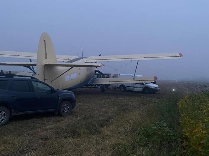 Avionul contrabandiștilor, capturat de polițiștii din Republica Moldova, se întorcea din România, unde a transportat țigări de contrabandă