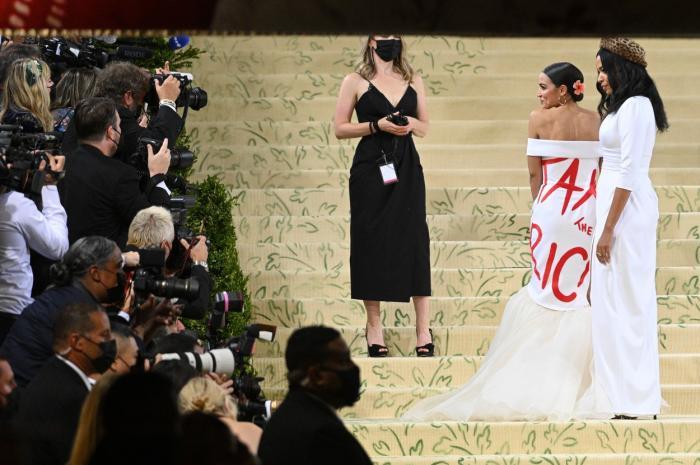 """""""Taxați bogații"""". Rochie manifest purtată de Alexandria Ocasio Cortez la Gala Met. Un bilet a costat 35.000 de dolari"""
