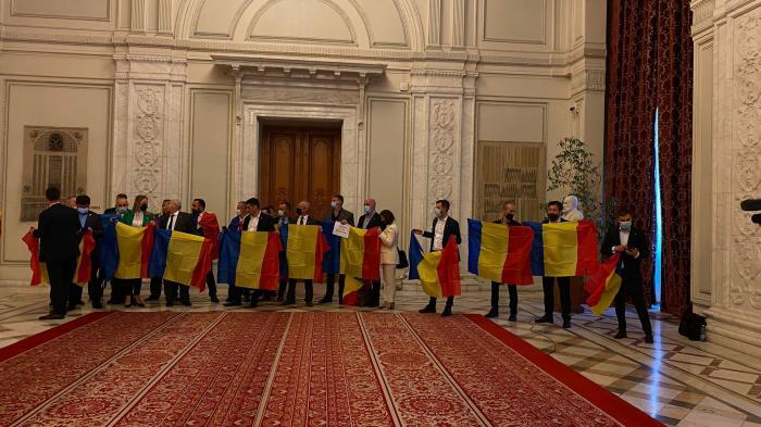 Deputaţii AUR protestează pe holurile Parlamentului