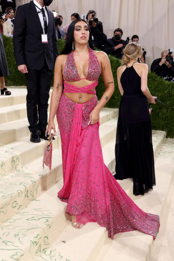 Apariție controversată la Met Gala 2021. Fiica Madonnei a defilat cu axilele neepilate pe covorul roșu