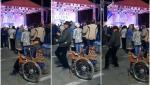 """Un bărbat din Deva aflat în scaun cu rotile, surprins când s-a ridicat în picioare ca să danseze. Imaginile au devenit virale: """"O stat cât o stat, dar no mai rezistat omu"""""""