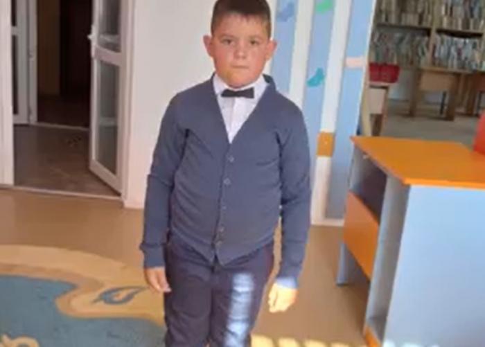 O comunitate din Botoșani, în stare de șoc după moartea fulgerătoare a unui băiețel. Copilului i s-a făcut rău și a murit la spital