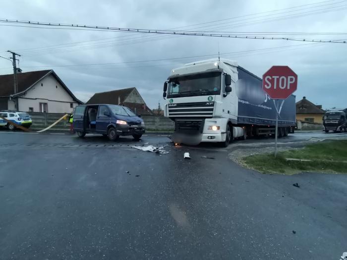 Accident pe DN1, între un TIR şi un microbuz