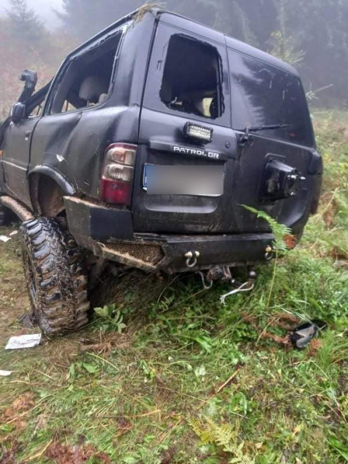 Maşina a căzut într-o râpă adâncă de 25 de metri