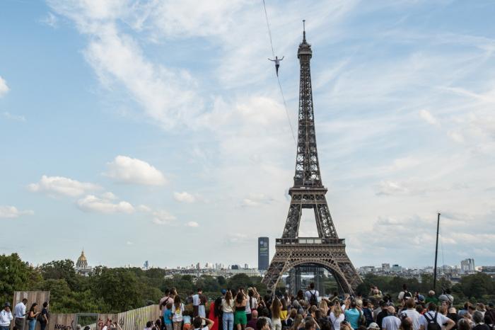 Nathan Paulin traversează în aer distanţa dintre Turnul Eiffel şi  Teatrul Chaillot