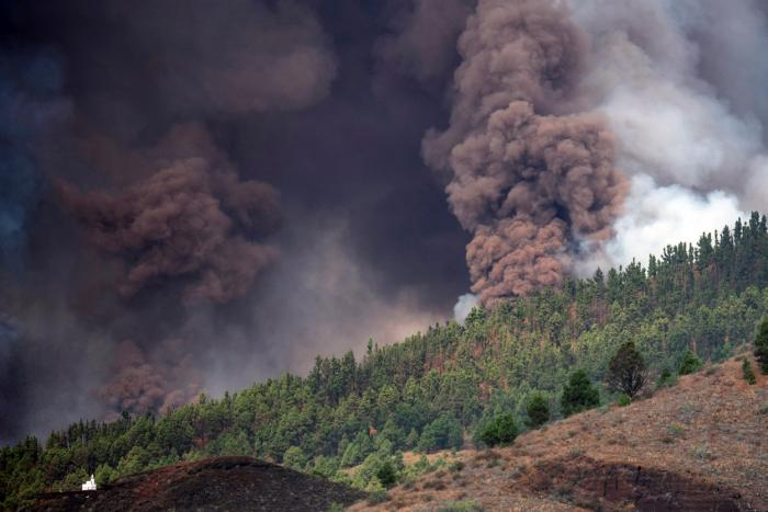 Vulcanul Cumbre Vieja a erupt. Locuitorii de pe insula La Palma, evacuaţi de autorităţi