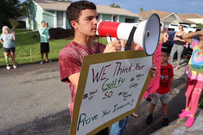 """Protestatarii s-au adunat vineri în fața casei familiei lui Brian Laundrie, strigând """"unde este Gabby?"""""""