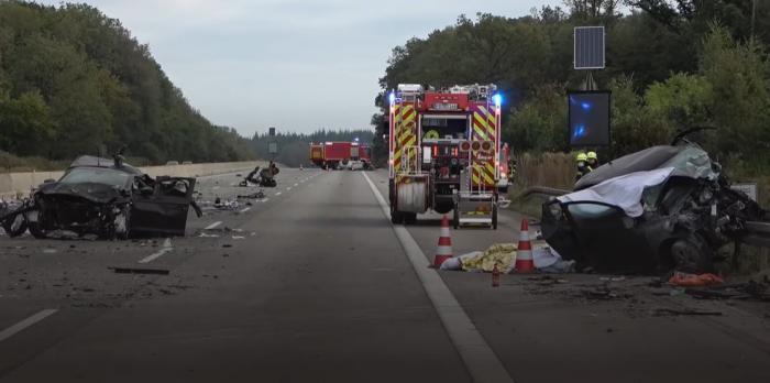 Morţi, răniţi şi patru maşini dezmembrate după cel mai teribil accident produs în ultimii ani pe autostrada A5, în Hessen, Germania