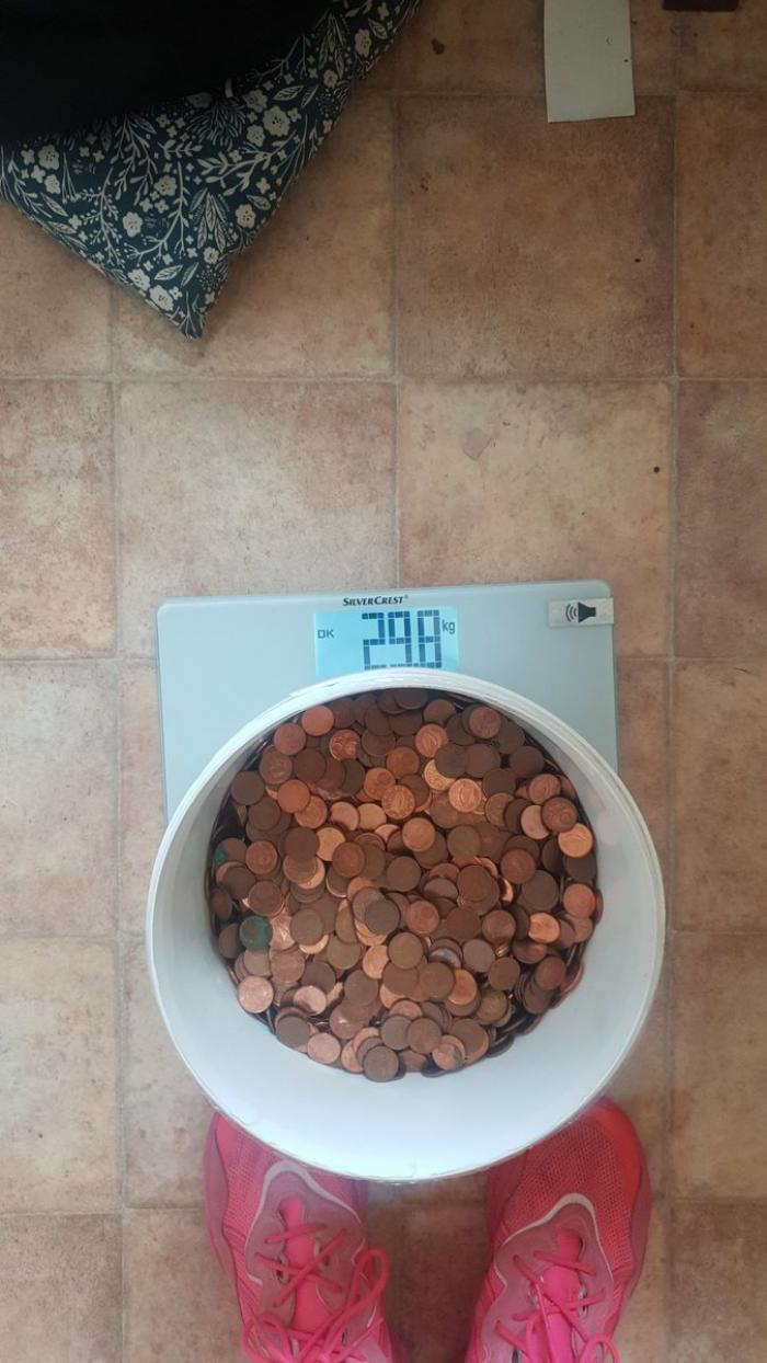 """""""Nu ştiam dacă să râd sau să plâng"""". Un angajat, care a acceptat să fie plătit în numerar, a primit de la patron o găleată cu bani de 30 de kilograme, în Irlanda"""