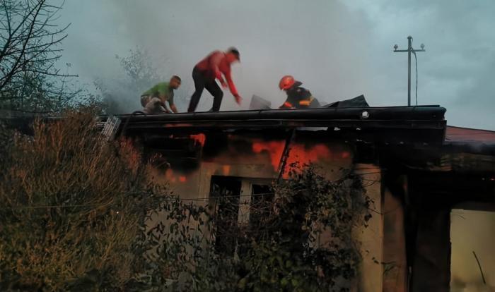 Imagini dramatice în Botoșani. O mamă și fiica ei, prinse în casa cuprinsă de flăcări. Au fost salvate de vecini și pompieri