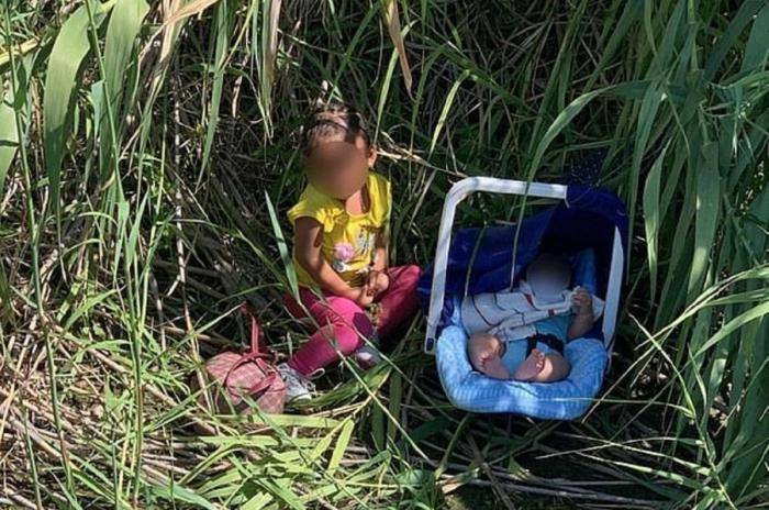 O fetiță de doi ani din Honduras și fratele ei de două luni au fost salvați de agenţii Frontieră SUA, marți, după ce au fost găsiți pe malul râului Rio Grande