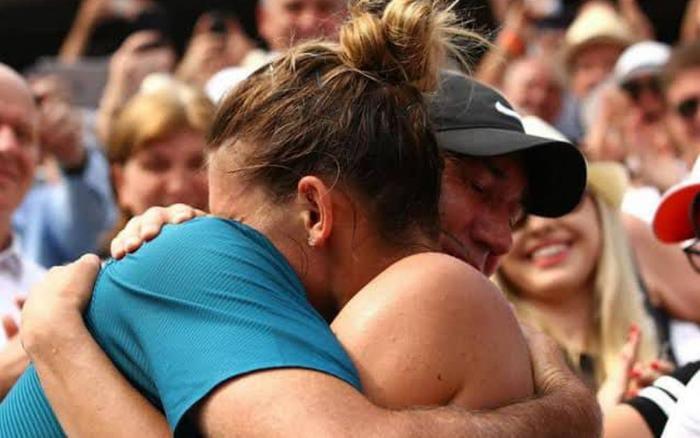 Simona Halep îl îmbrăţişează pe Darren Cahill