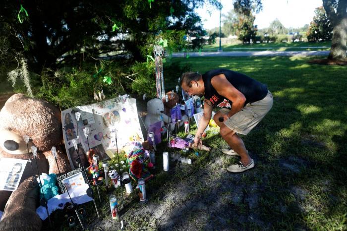 Altar de flori și lumânări la casa vloggeriței Gabby Petito, oamenii se strâng ca la pelerinaj. Filmul crimei care a întristat milioane de oameni