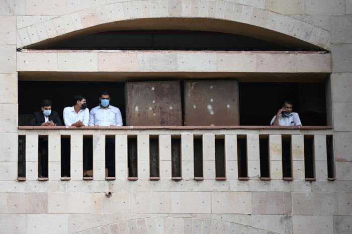 Suspectul unui asasinat a fost împușcat mortal în sala de judecată de atacatori deghizați în avocați, în India