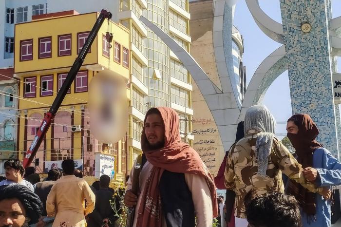 Cadavru expus într-o piaţă publică din Afganistan