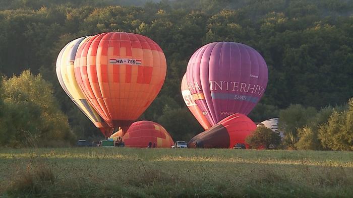 Spectacol de baloane cu aer cald în Câmpu Cetăţii din Mureş. Turiştii s-au bucurat de o privelişte care îţi taie răsuflarea