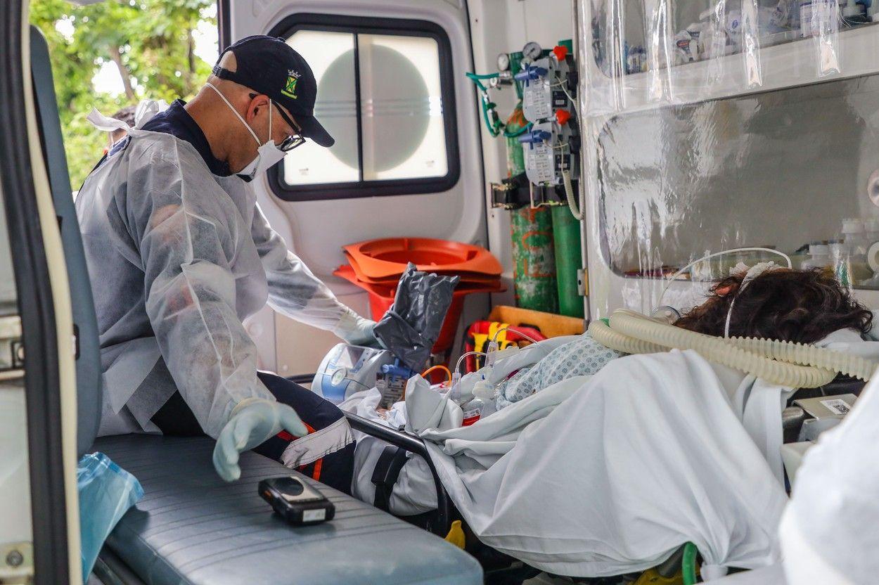 O pacientă cu Covid-19 primește primul ajutor în ambulanță