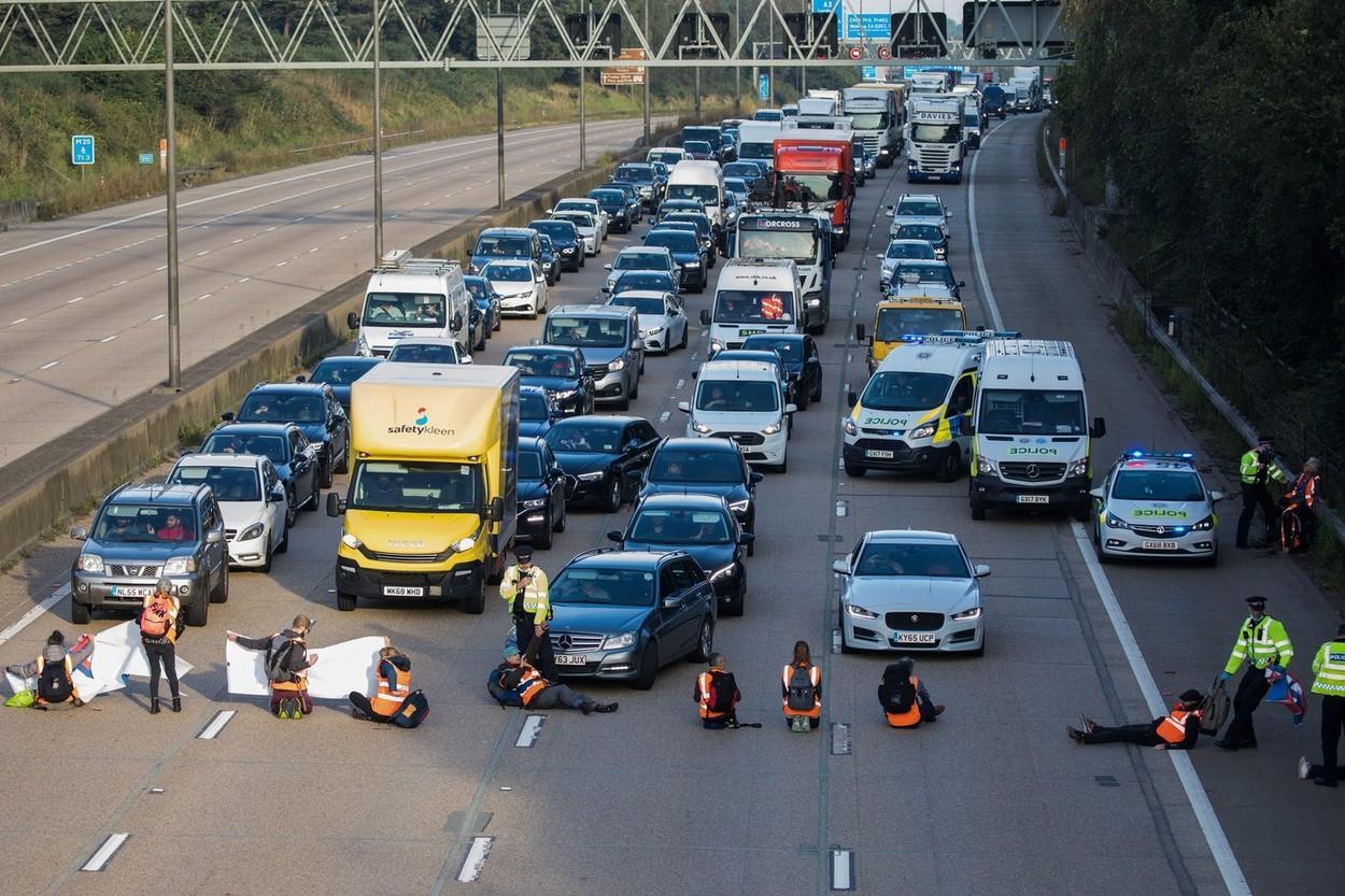 Autostrada a fost blocată de mai mulţi protestatari