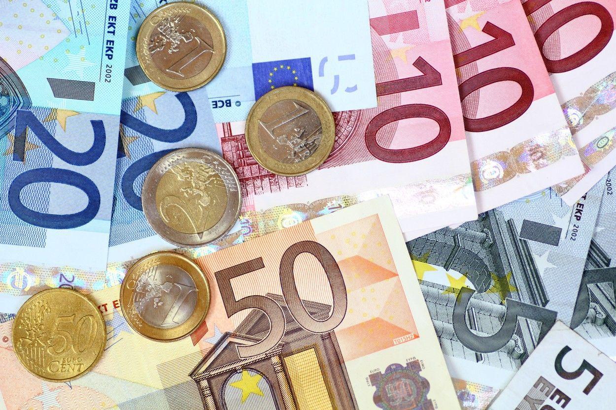 Euro ar putea trece pragul de 5 lei în următoarele 6 luni