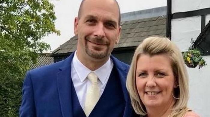Un tată, care a mers la doctor pentru că îl durea foarte tare umărul, a aflat că are o formă rară și incurabilă de cancer, în Anglia