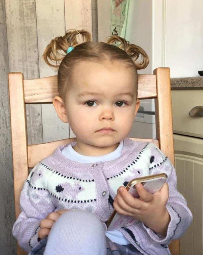 Lacrimi amare la înmormântarea unei fetiţe de doi ani care a murit carbonizată. O caleaşcă trasă de cai albi a dus sicriul, în Anglia: ''Inimile noastre sunt sfărâmate''