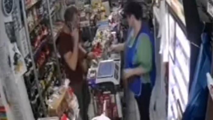 Un gălățean a încercat să plătească un pachet de țigări cu o bancnotă de 500 de lei, trasă la xerox: Iți bați joc de mine?