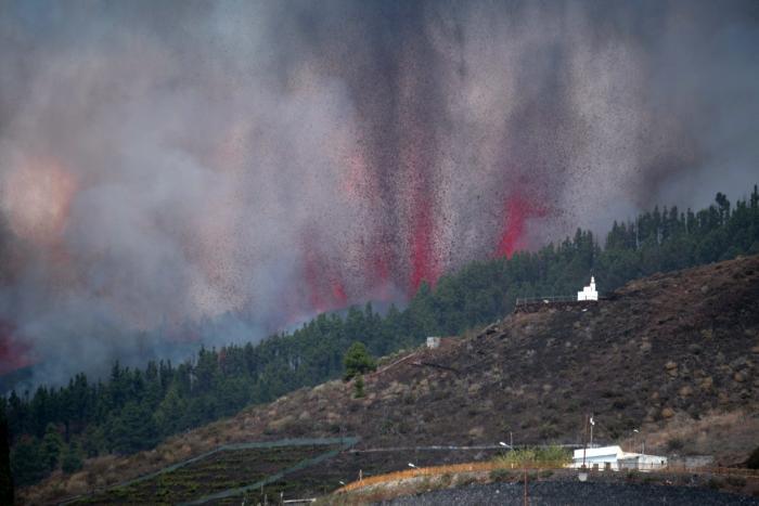 Momentul în care lava vulcanului din La Palma a ajuns în ocean. Oamenii sunt sfătuiţi să nu iasă din case din cauza gazelor toxice