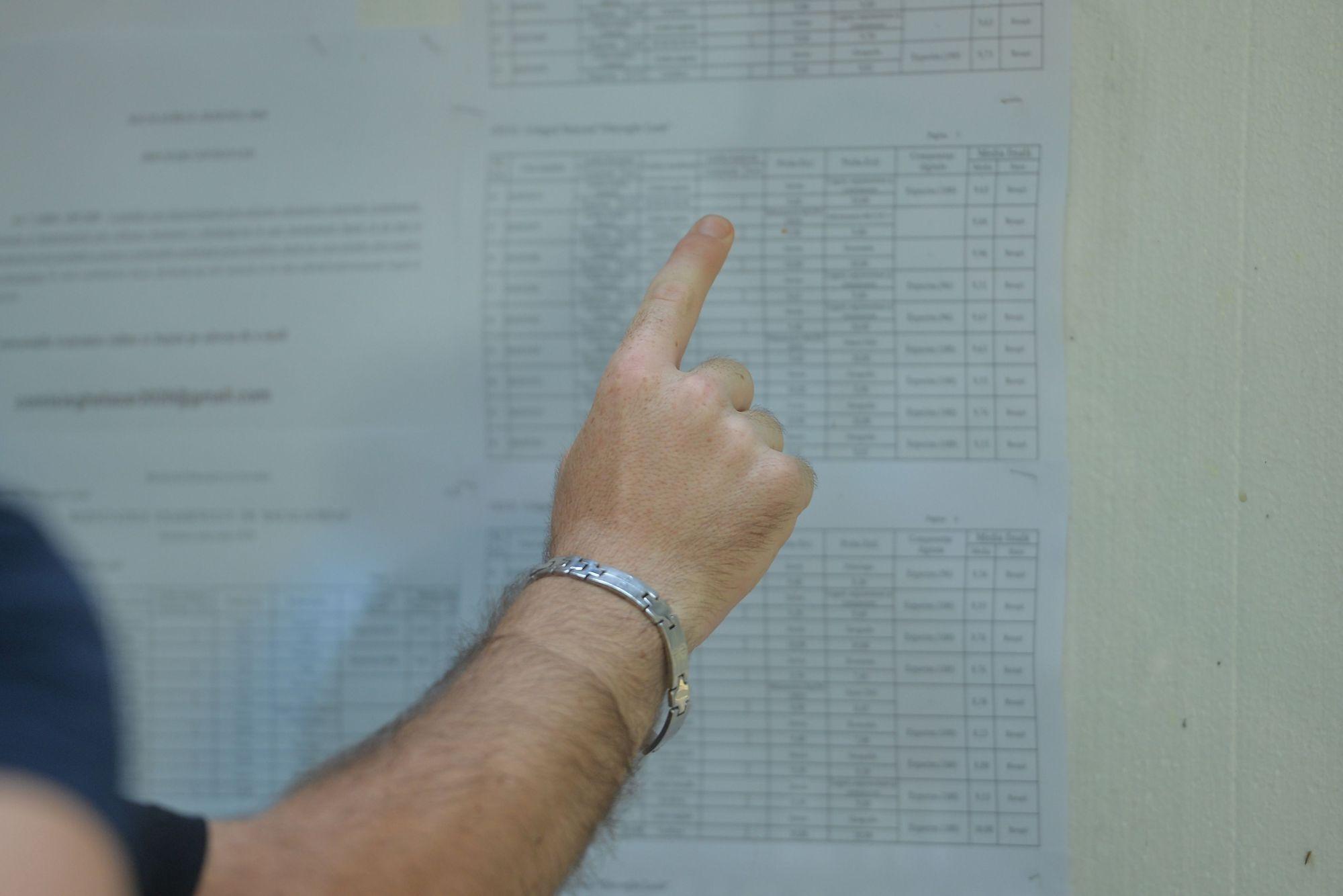 Un elev se uită pe lista cu rezultate la Bacalaureat
