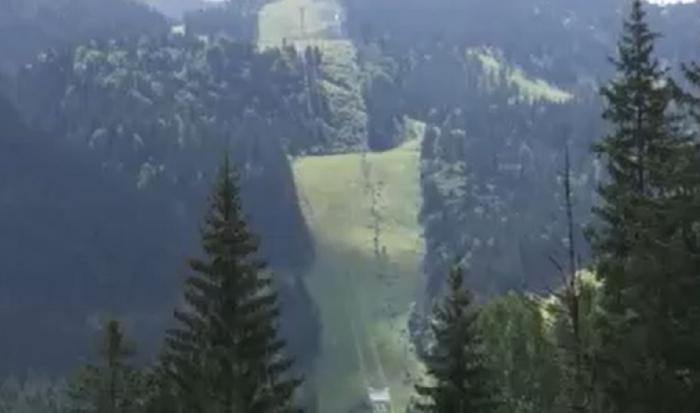 Drumeţii în natură sau plimbări cu telegondola. Mulţi turişti aleg muntele ca destinaţie favorită de vacanţă