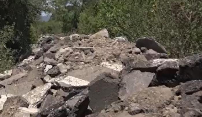 Coşmarul unor localnici din Deva care s-au trezit că un munte de moloz le blochează drumul de acces. Resturile au fost aruncate la ordinul primăriei