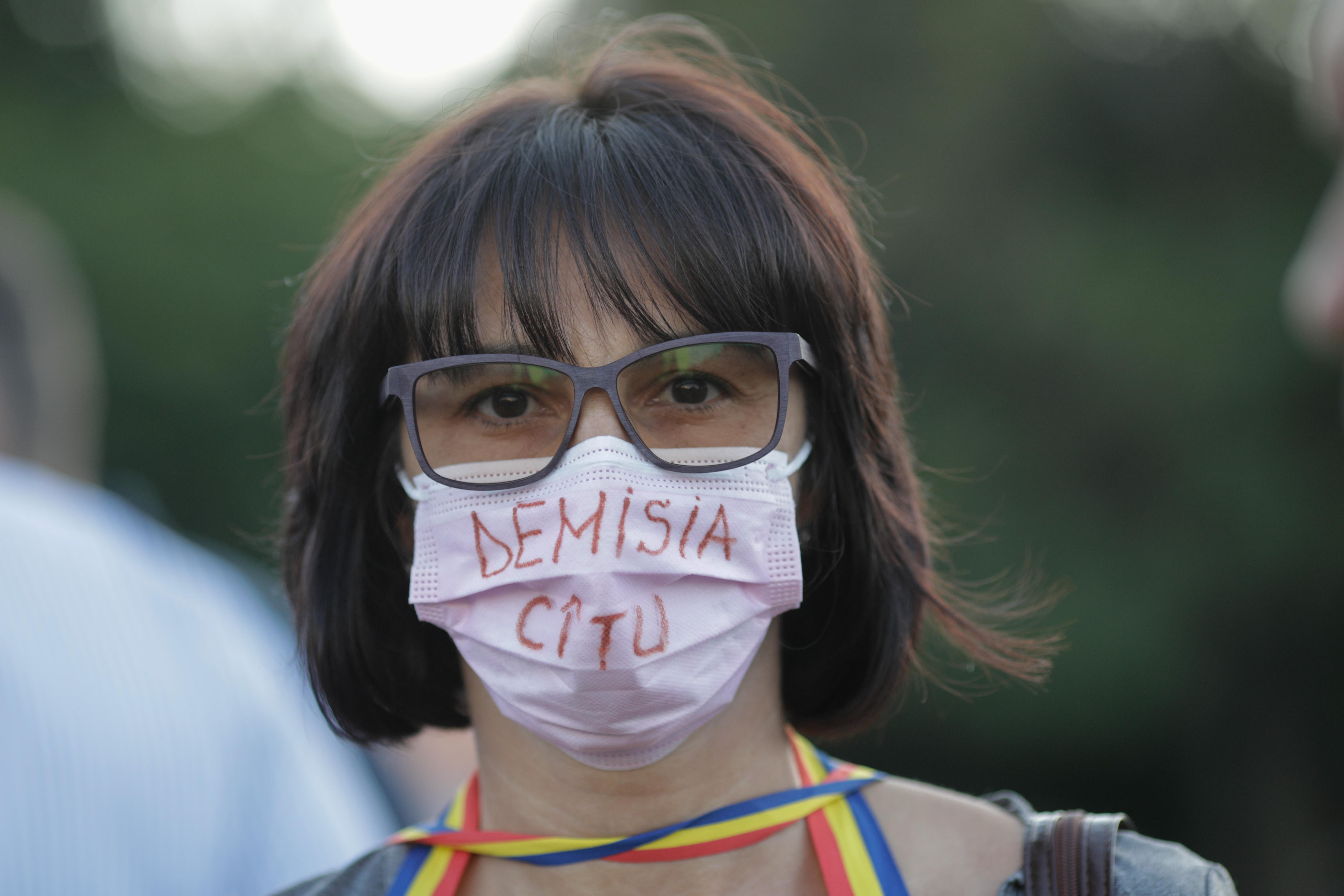 Protest în Piața Victoriei, cu câteva zeci de persoane. Manifestanții cer demisia premierului Cîțu