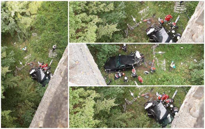 Un adolescent de 16 ani a căzut cu maşina în râpă de la 20 de metri. Tânărul a rămas încarcerat