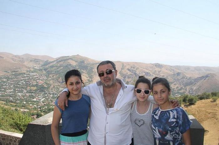 Bărbatul înjunghiat, împreună cu cele trei fiice ale sale