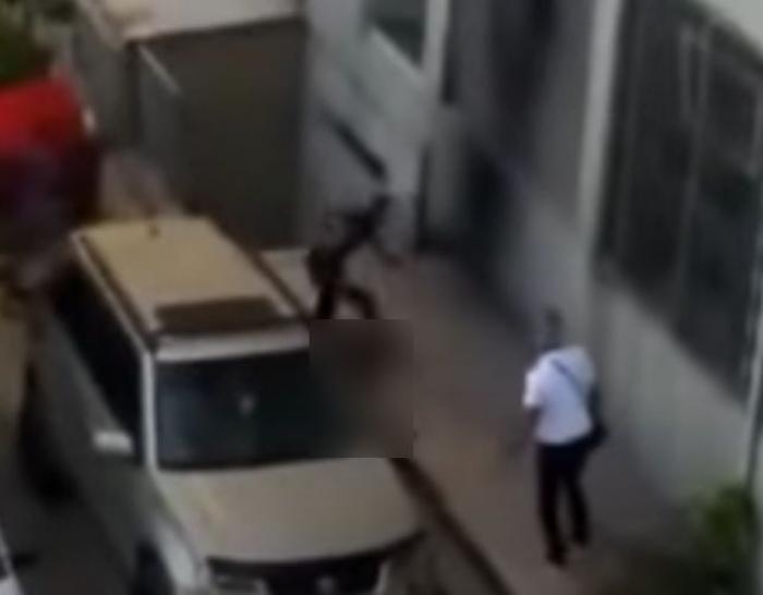 O tânără de 19 ani, surprinsă sărind pe geam de la 9 metri, în încercarea disperată de a scăpa de traficanții de carne vie care au răpit-o, torturat-o și care intenționau să o vândă, în Turcia