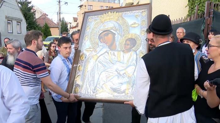 """Icoana făcătoare de minuni a Maicii Domnului a ajuns la Sibiu: """"Am simţit cum păşeşte printre noi şi lacrimile au curs de la sine"""""""