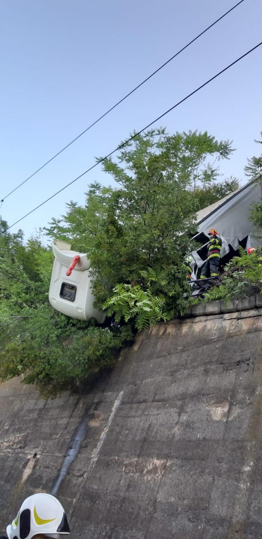 Accident rutier în zona Orşova: Un TIR a rămas suspendat deasupra unei râpe